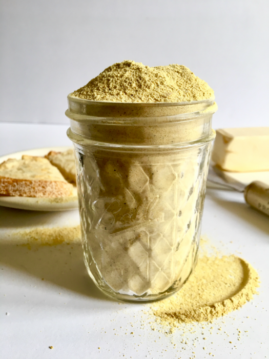 This vegan spice mix is crazy easy to make but also super versatile: Use it on pasta dishes, salads, popcorn, or mixed with vegan butter to create a killer garlic bread spread! 5 ingredients, easy methods, makes a ton! // Recipe: plantpowercouple.com