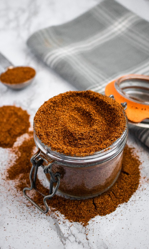 This homemade chili seasoning is simple, requiring only 11 common spices + less than 10 min. It's perfect for chili, popcorn, tofu scramble, and soups! #vegan #veganrecipe #chili #spicemix #seasoning // plantpowercouple.com